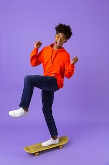 Portrait en pied d'un jeune homme africain excité