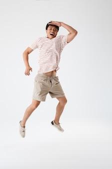 Portrait en pied d'un jeune homme asiatique excité