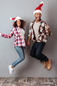 Portrait en pied d'un joyeux couple africain heureux