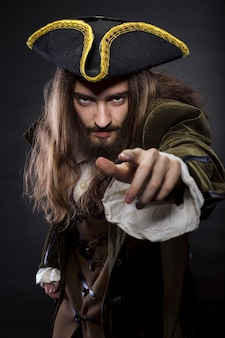 Portrait de pirate barbu et poilu pointant vers le spectateur, shallow dof