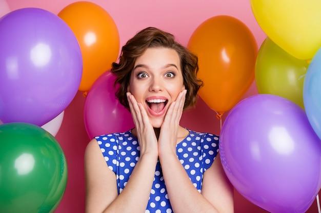 Portrait de plan rapproché de fille heureuse assez gaie parmi des boules d'air