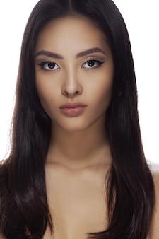 Portrait de plan rapproché de visage de beauté de femme asiatique belle jeune fille aux épaules nues et aux cheveux longs