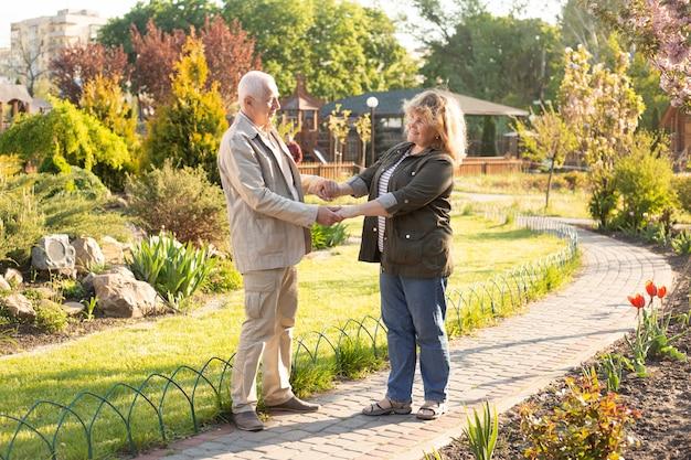 Portrait en plein air d'aimer le couple de personnes âgées, heureux et souriant