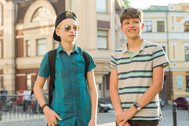 Portrait en plein air d'amis garçons adolescents