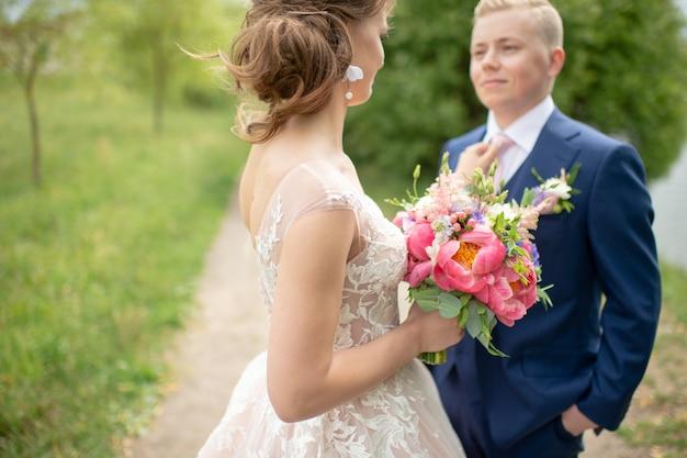Portrait en plein air beau couple de mariage.