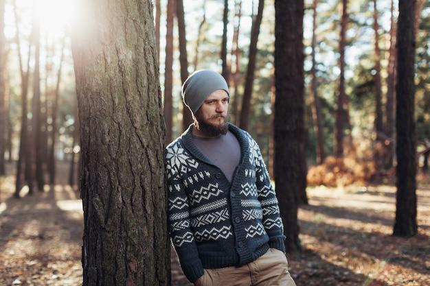 Portrait en plein air de bel homme barbu