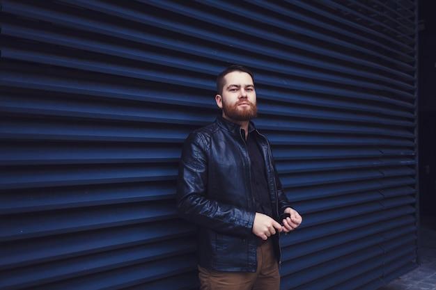 Portrait en plein air de bel homme hipster