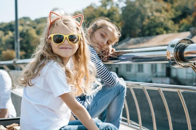 Portrait en plein air de deux petites filles magnifiques