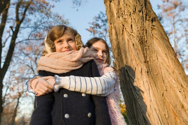 Portrait en plein air de deux petites filles meilleures amies