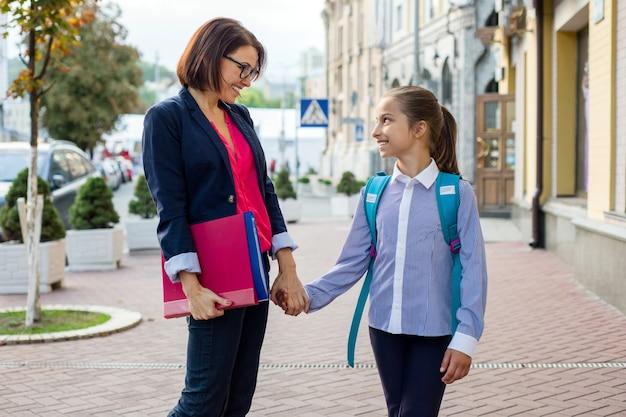 Portrait en plein air d'une écolière et de son professeur