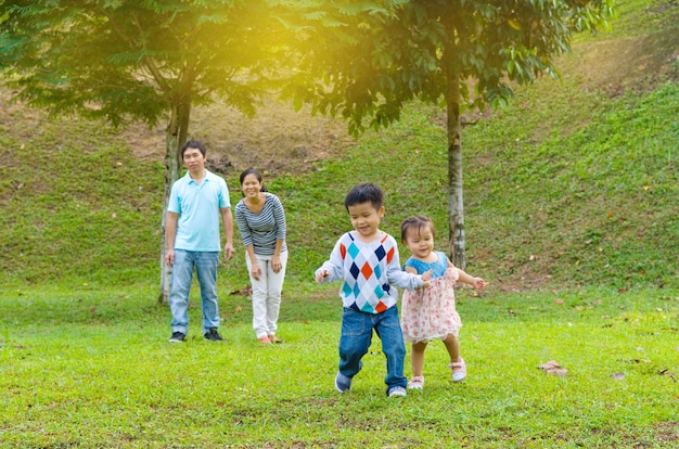 Portrait en plein air de la famille asiatique heureuse