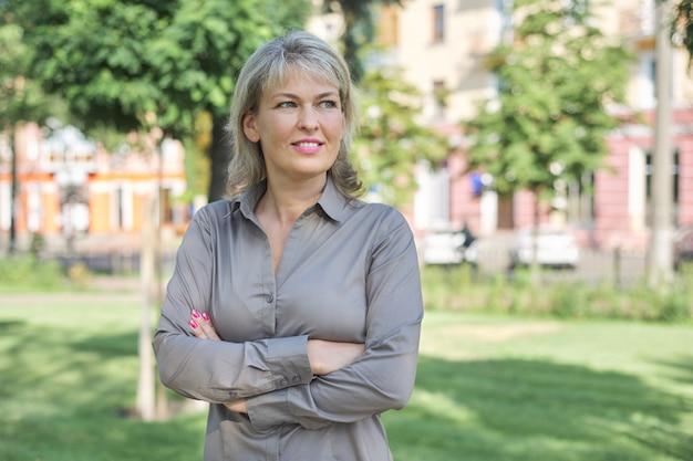 Portrait en plein air de femme d'âge mûr positive positive