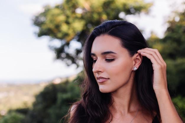 Portrait en plein air de femme avec collier et boucles d'oreilles noeud celtique en argent