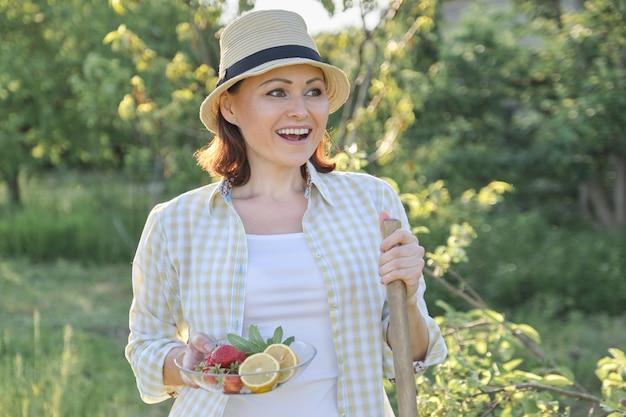 Portrait en plein air d'une femme heureuse de 40 ans