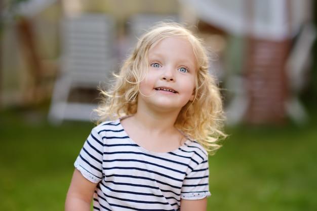 Portrait de plein air fille mignon bambin en jour d'été.