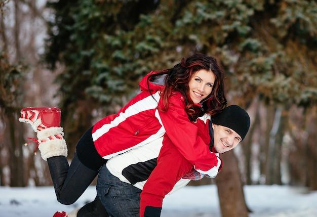 Portrait en plein air de jeune couple sensuel par temps froid d'hiver