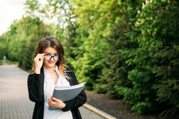 Portrait en plein air de jeune femme d'affaires
