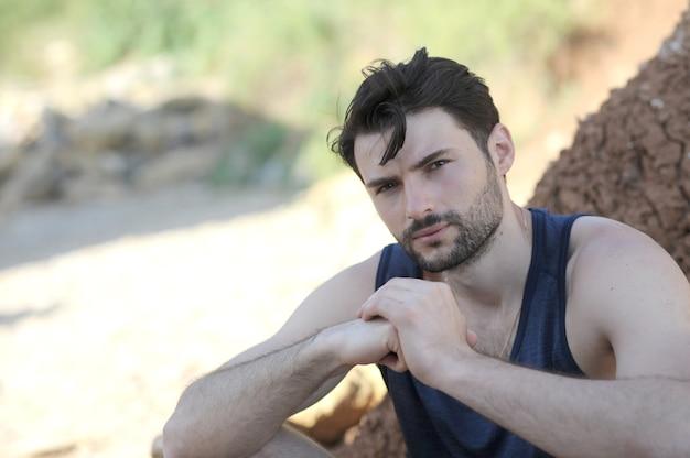Portrait en plein air de jeune homme élégant