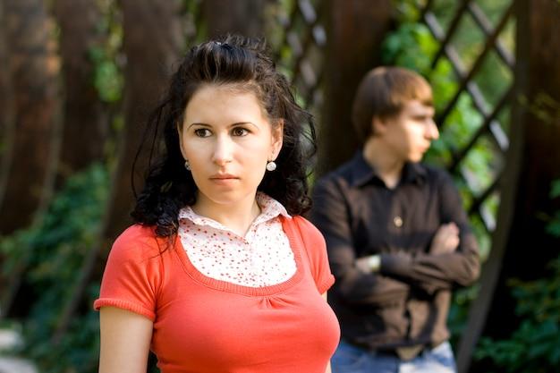 Portrait en plein air de malheureux jeune couple