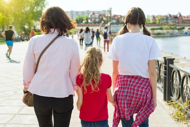 Portrait en plein air d'une mère et de ses deux filles