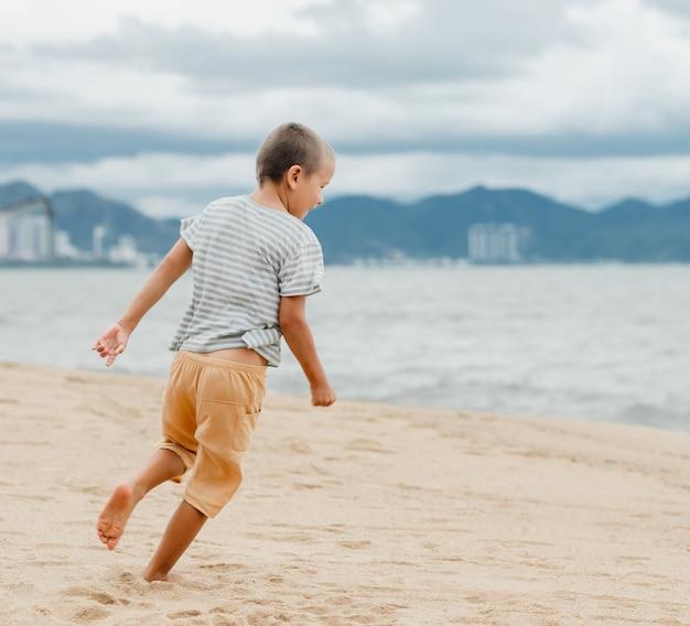 Portrait en plein air d'un petit garçon mignon en cours d'exécution