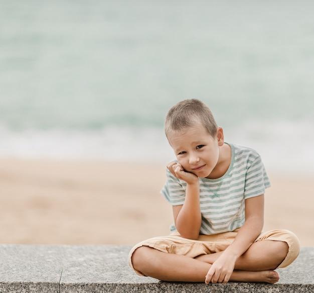 Portrait en plein air d'un petit garçon mignon