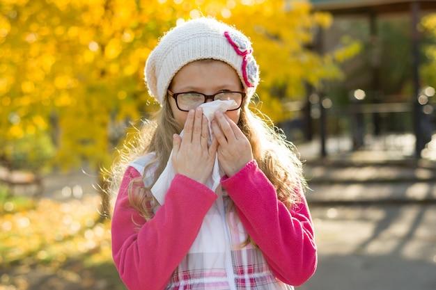 Portrait en plein air d'une petite fille avec un mouchoir