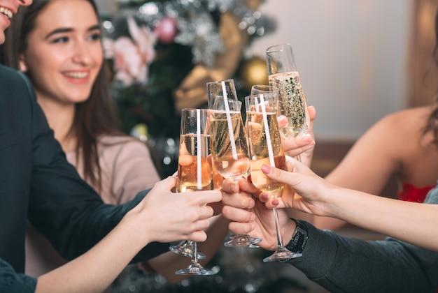Portrait de plusieurs amis portant un toast