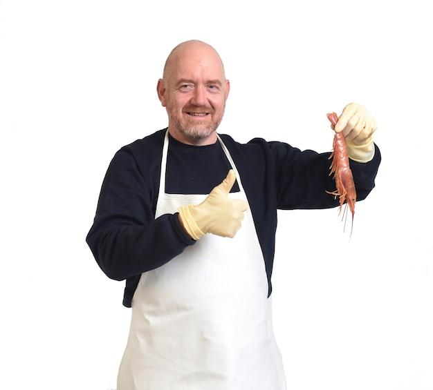 Portrait d'un poissonnier montrant et ok signer une crevettes sur fond blanc