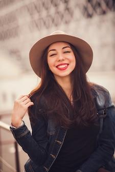 Portrait positif d'une fille élégante