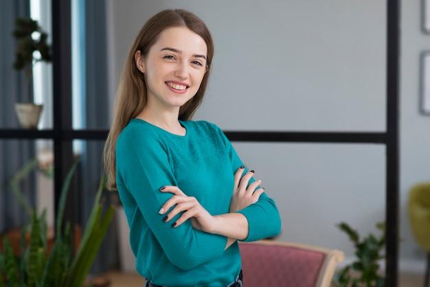 Portrait, de, positif, jeune femme, sourire