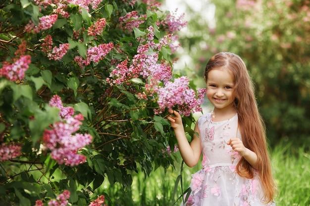 Portrait de printemps d'un enfant dans le parc. drôles d'émotions