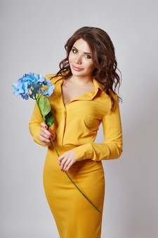 Portrait de printemps lumineux d'une femme en jupe jaune