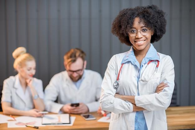 Portrait d'un professeur conférencier médical avec un groupe d'étudiants en arrière-plan de la salle de classe