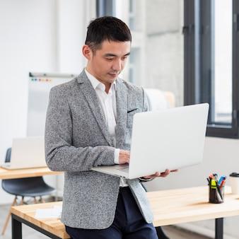 Portrait de professionnel travaillant sur ordinateur portable