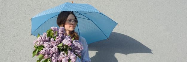 Portrait de profil adolescente romantique avec bouquet de lilas