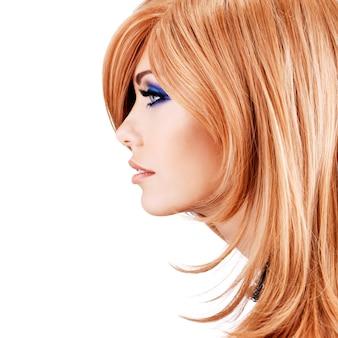 Portrait de profil de la belle jolie femme aux cheveux rouges - posant