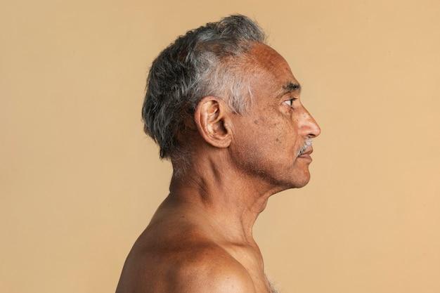 Portrait de profil côté homme senior indien mixte