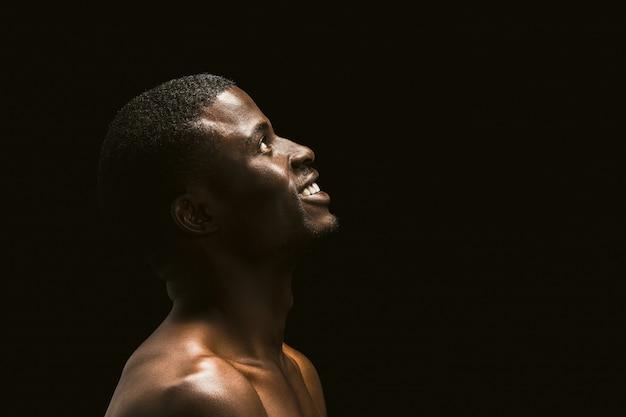 Portrait de profil d'un homme afro-américain regardant vers le haut