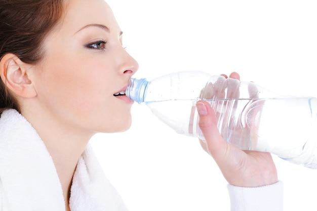 Portrait de profil de jeune femme eau potable de bouteille