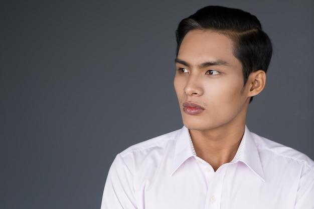 Portrait de profil jeune homme d'affaires asiatique