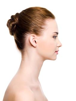 Portrait de profil d'un visage de jeune femme à la peau pure