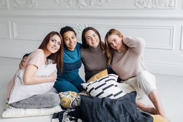 Portrait De Quatre Copines De Nationalités Différentes, Amitié Féminine Photo Premium