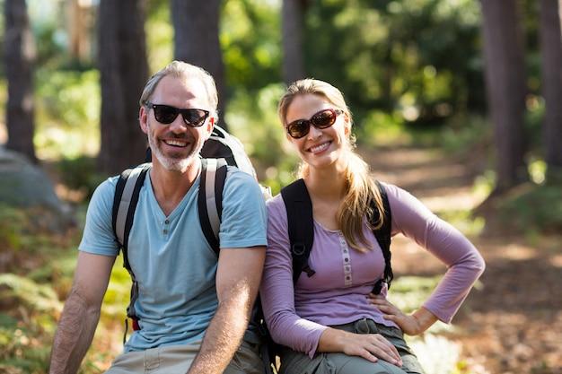 Portrait, randonneur, couple, séance, rocher, forêt