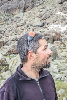 Portrait de randonneur fatigué sur les montagnes