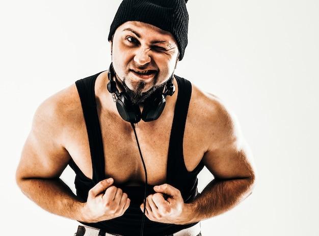 Portrait d'un rappeur badass avec des écouteurs sur un backgroun blanc