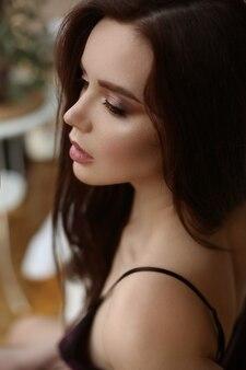 Portrait recadré d'une magnifique jeune femme avec un maquillage tendance