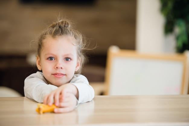 Portrait réfléchie de petite fille gisait sur la table