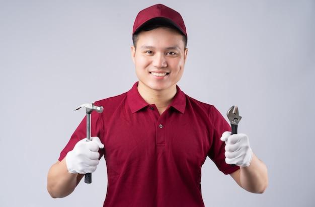 Portrait de réparateur asiatique sur gris