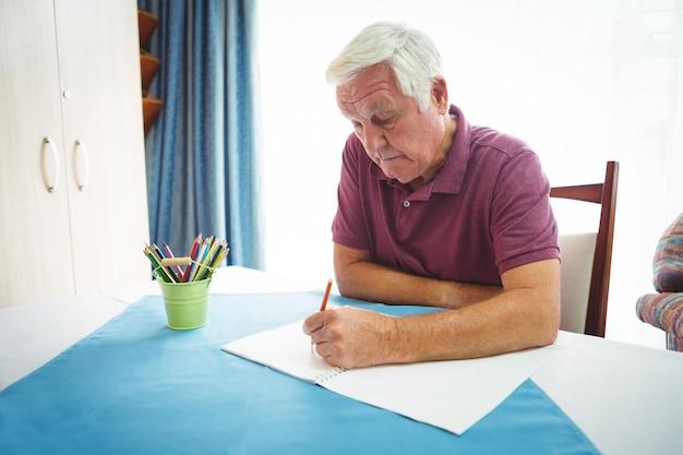 Portrait d'un retraité écrit sur du papier blanc